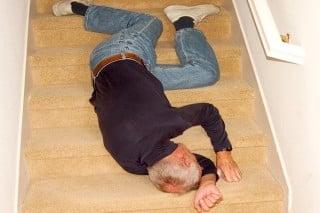 bejaarde valt ontzettend schatting van de trap 1