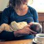 BIZAR: Baby gebruikt moeder als melkkoe