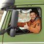 Deze trucker heeft maling aan gladheid