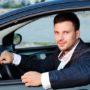 Held redt kleuter uit geparkeerde auto