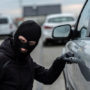 Man redt tas uit bloedhete auto