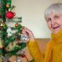 Demente vrouw zet boom in huis