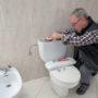 Loodgieter biedt Patricia Paay nieuw toilet aan