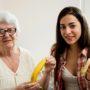 LIEF: Melanie deelt bananen uit aan eenzame ouderen