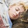 GESTOORD: Vrouw slaapt met haar kat