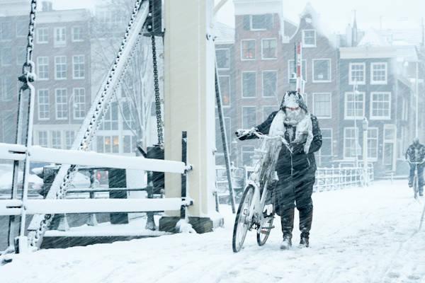Grap over sneeuw loopt uit de hand