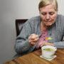 BIZAR: Bejaardenhuis laat bewoners kippensoep eten