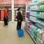 Asociale supermarktklant te lui om mandje te tillen