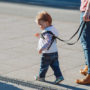 Kind uitlaten aan riempje is populair