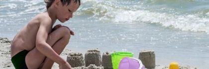 zee-strand-zandkasteel-kind-spelen